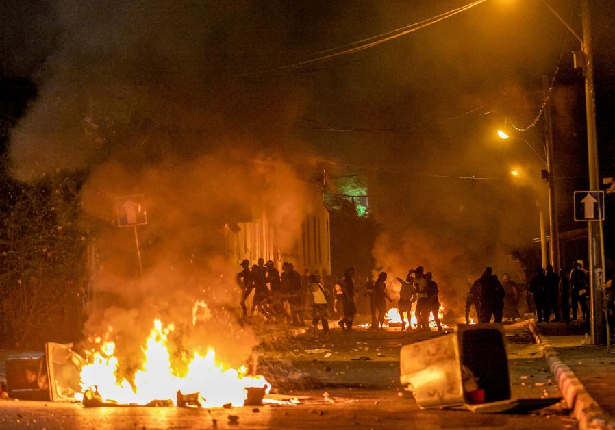 Gewelddadige rellen braken gisteravond uit in Ramla te midden van het aanhoudende geweld tussen Palestijnen en Israëli's in Oost-Jeruzalem. (Yossi Aloni / Flash90)