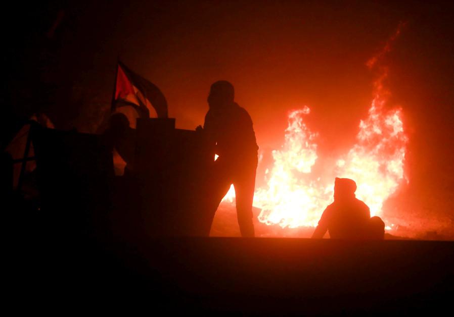 Palestijnse jongeren komen in botsing met Israëlische veiligheidstroepen tijdens een protest over de spanning in Jeruzalem, bij de Qalandia-controlepost nabij de stad Ramallah op de Westelijke Jordaanoever, 10 mei 2021. (Flash90)