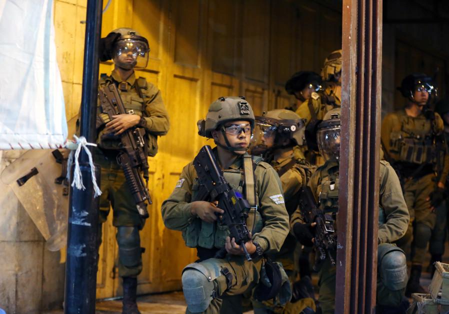 Palestijnse jongeren komen in botsing met Israëlische veiligheidstroepen tijdens een protest over de spanning in Jeruzalem, bij de Qalandia-controlepost nabij de stad Ramallah op de Westelijke Jordaanoever, 10 mei 2021. (Wisam Hashlamoun / Flash90)