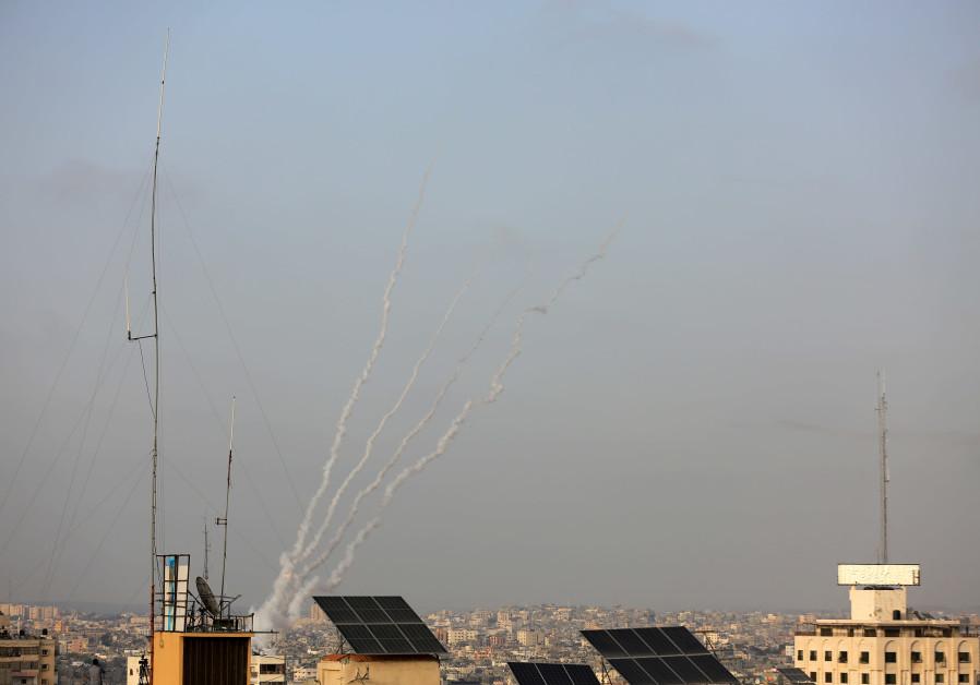 Rooksporen worden gezien als een raket wordt gelanceerd vanaf Rafah in de zuidelijke Gazastrook naar Israël op 10 mei 2021. (Atia Mohammed / Flash90)