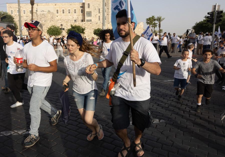 Israëli's zoeken dekking terwijl een sirene waarschuwt voor inkomende raketten uit de Gazastrook, tijdens Jeruzalem-dag, in Jeruzalem, 10 mei 2021. (Nati Shohat / Flash90)