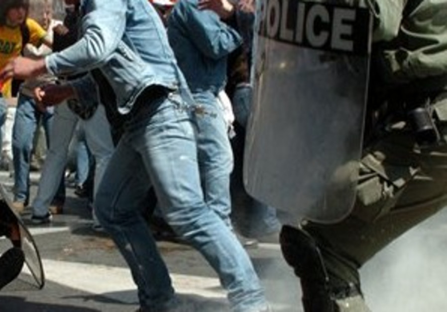 Greek police clash with anti-US protesters as Rice arrives