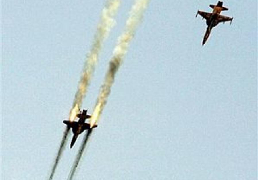 Iran exhibits locally made warplane in war games