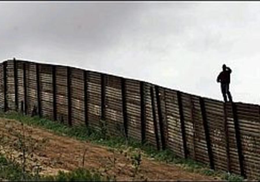 US scraps prototype fence on Mexican border