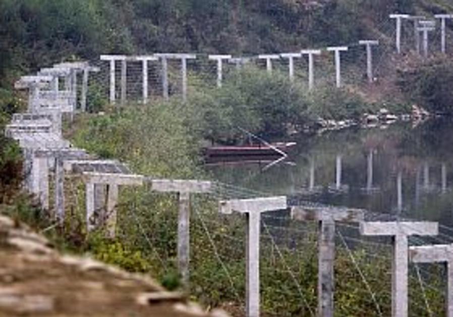 China erects fence along N. Korean border