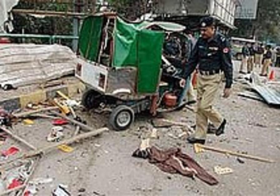 Suicide bomber wounds 2 policemen in northwestern Pakistan