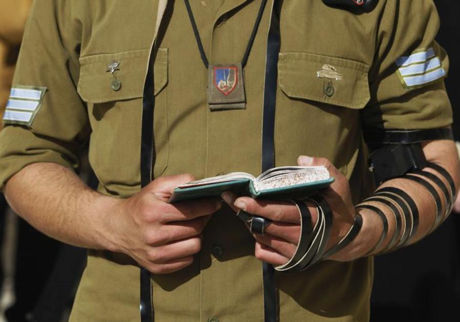 religios soldier IDF praying