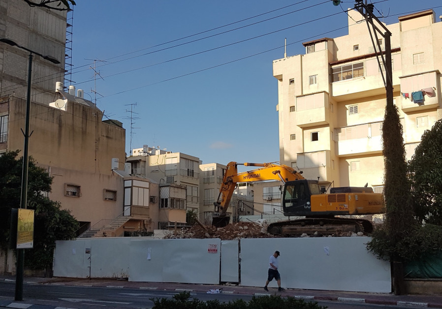 A building being demolished by Tama 38 in Ramat Gan