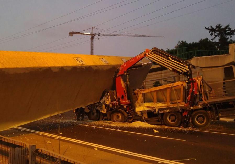 Pedestrian bridge collapses on Highway 4, one dead
