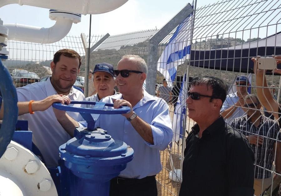 SAMARIA REGIONAL COUNCIL head Yossi Dagan (left), Infrastructure Minister Yuval Steinitz (center) an