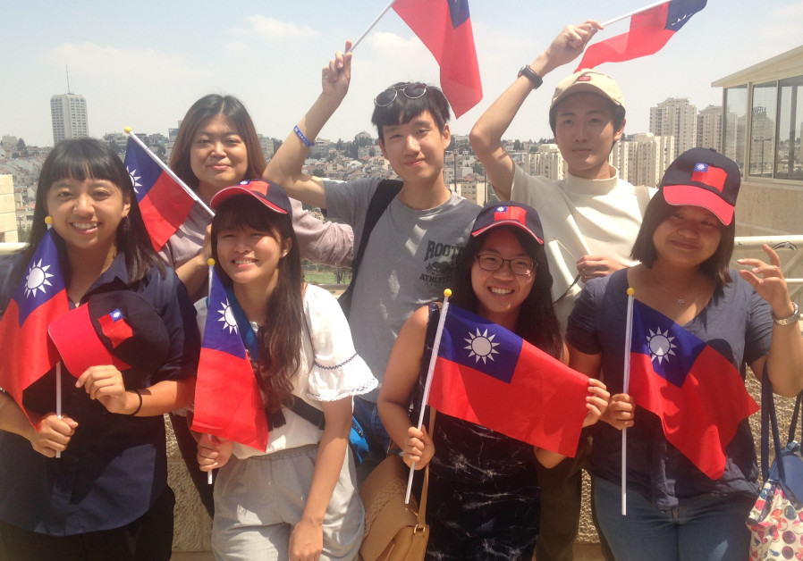 Group photo of the 7 Taiwanese volunteers who are spending their summer vacations volunteering.