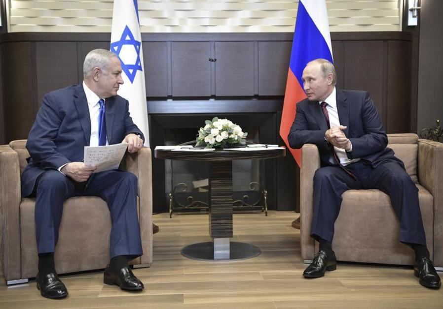 Russian President Vladimir Putin (R) meets with Israeli Prime Minister Benjamin Netanyahu in Sochi,