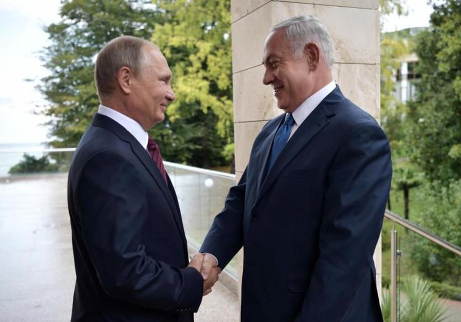 Russian President Vladimir Putin (L) welcomes Israeli Prime Minister Benjamin Netanyahu in Sochi, Ru