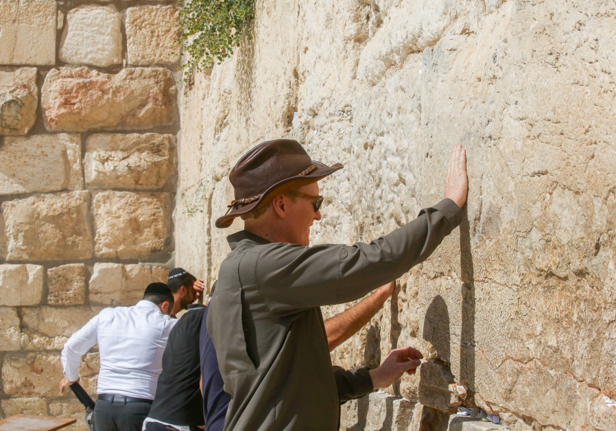 Conan O'Brien touches the Western Wall, August 28, 2017.