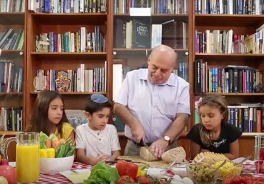 Jewish Agency chairman Natan Sharansky shows kids how to make a sandwich