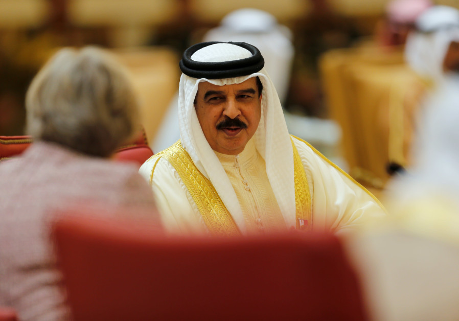 Bahrain's King Hamad bin Isa Al Khalifa (R) speaks to British Prime Minister Theresa May (L) during