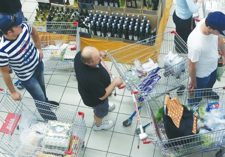 Illustrative photograph of Israelis standing in line at a supermarket