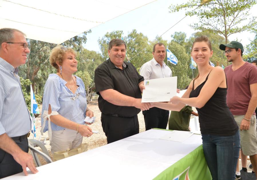 KKL-JNF World Chairman Danny Atar hands out scholarships