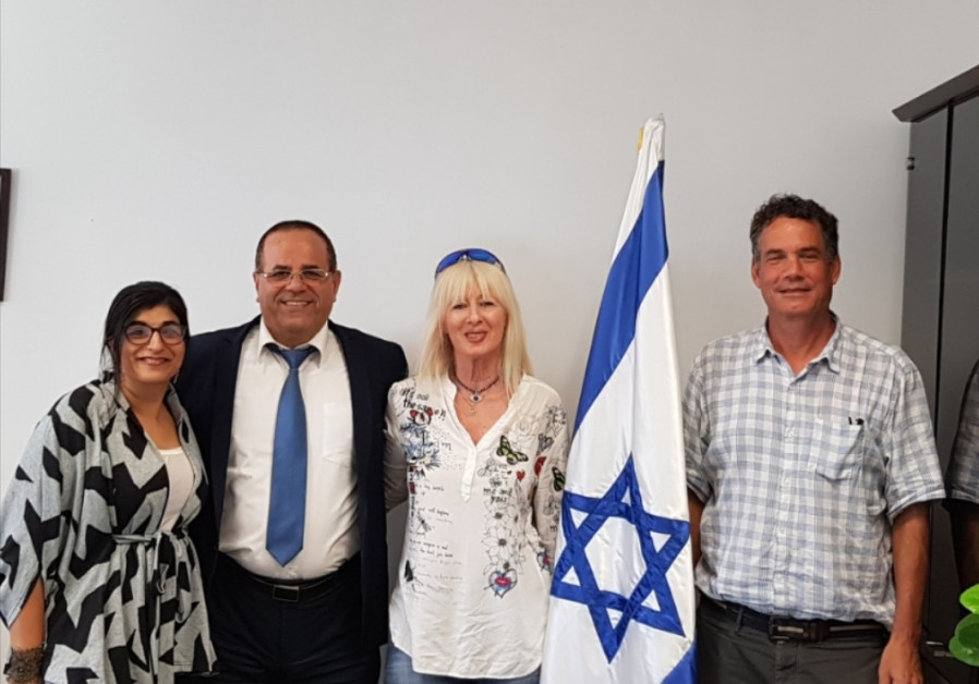 Communications Minister Ayoub (center) Kara meets with leaders form the Jewish Agency's 'Ten' projec