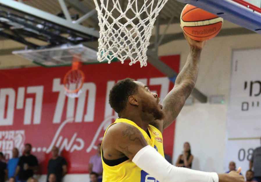 Maccabi Tel Aviv forward DeShaun Thomas scores two of his game-high 16 points in last night's 82-68