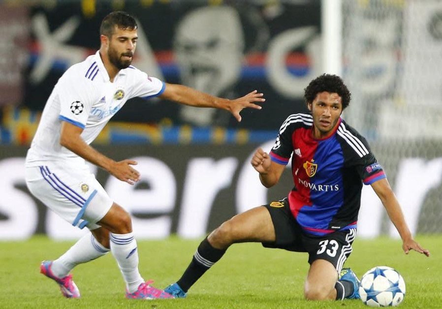 FC Basel's Mohamed Elneny (R) fights for the ball against Maccabi Tel Aviv's Eden Ben Basat during t