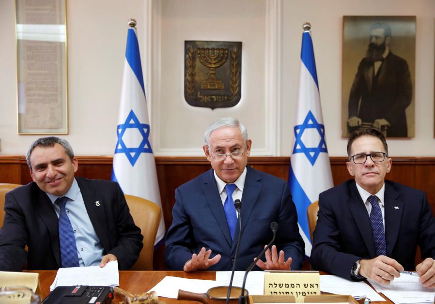 Israeli Prime Minister Benjamin Netanyahu (C), Minister of Environmental Protection Ze'ev Elkin (L)