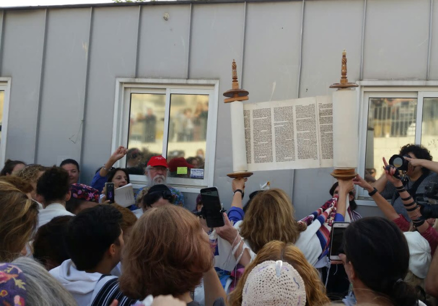 Women of the Wall and veteran paratroopers in New Month prayers beside the Western Wall security che