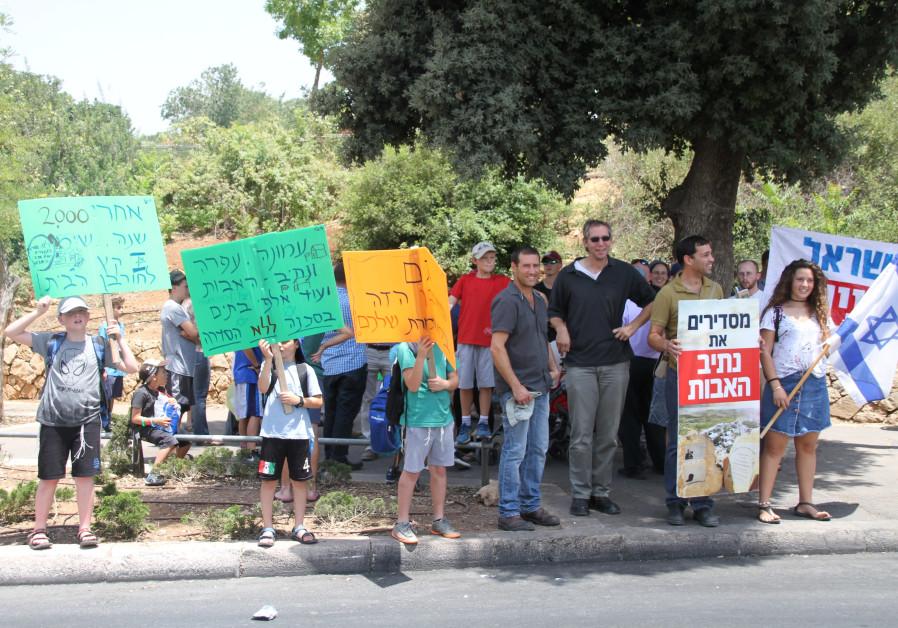 Bennett to Netanyahu: Save homes in Netiv Ha'avot
