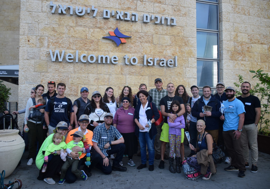 Americans and Canadians arrive in Israel to start a new life.
