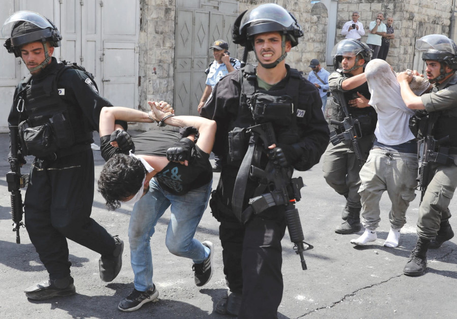 Police arrest Palestinians outside the Old City, July 2017