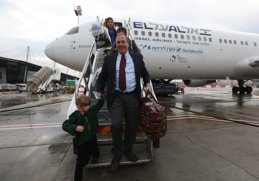 Rabbi Eckstein descending one of our Fellowship Flights with Olim from the Ukraine