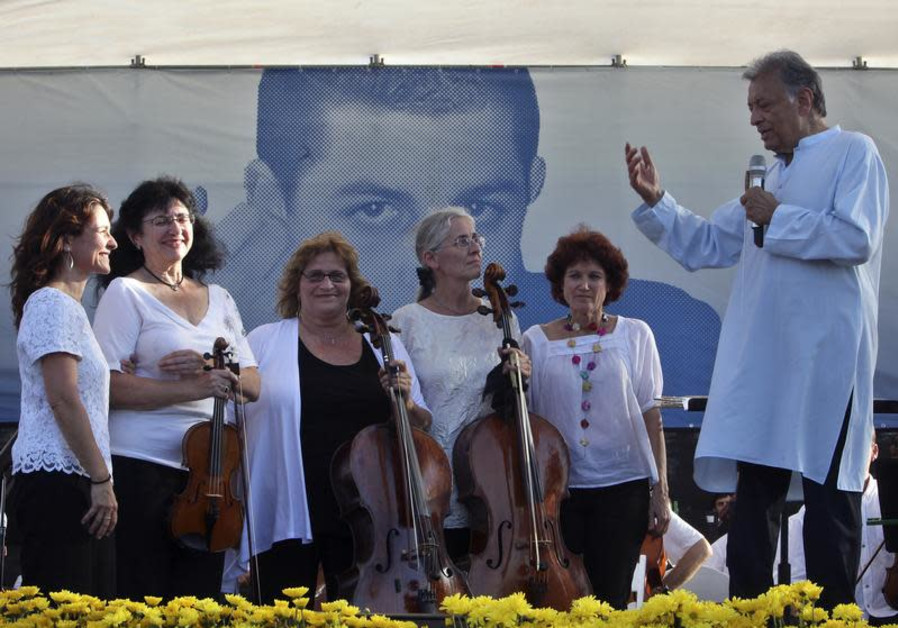 Maestro Zubin Mehta (R) introduces the mothers of musicians in the Israel Philharmonic Orchestra during a special concert at Eshkol Park near Gaza Strip July 5, 2010, calling for the right for visits and the release of captive Israeli soldier Gilad Shalit . The mothers initiated the special concert. (REUTERS/Nir Elias)