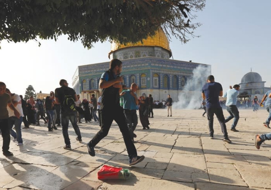 Dozens of Palestinians riot at Temple Mount following Friday prayers