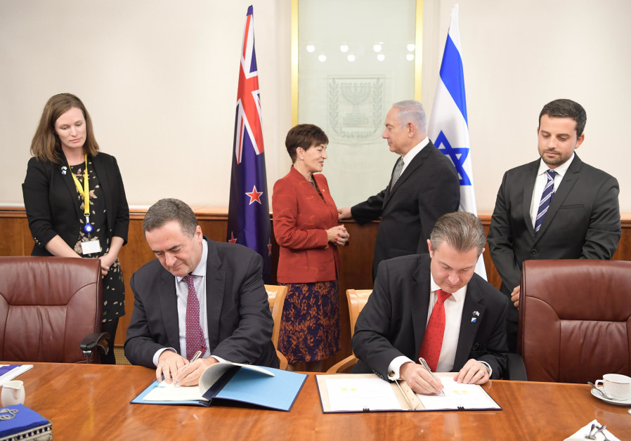 Prime Minister Benjamin Netanyahu with governor-general of New Zealand Dame Patsy Reddy, October 30, 2017. (AMOS BEN-GERSHOM/GPO)