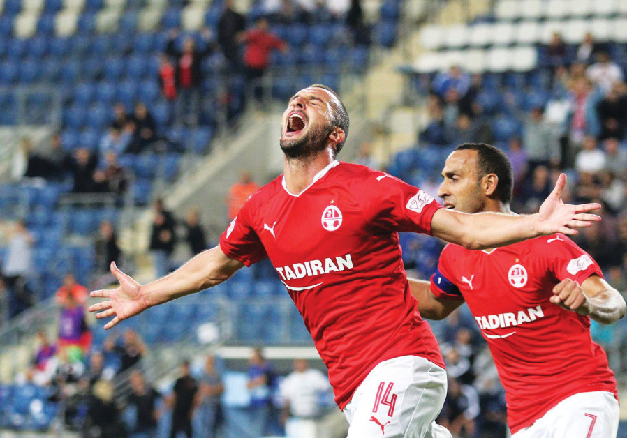 Picture of Hapoel Beersheba's Ben Sahar (left)