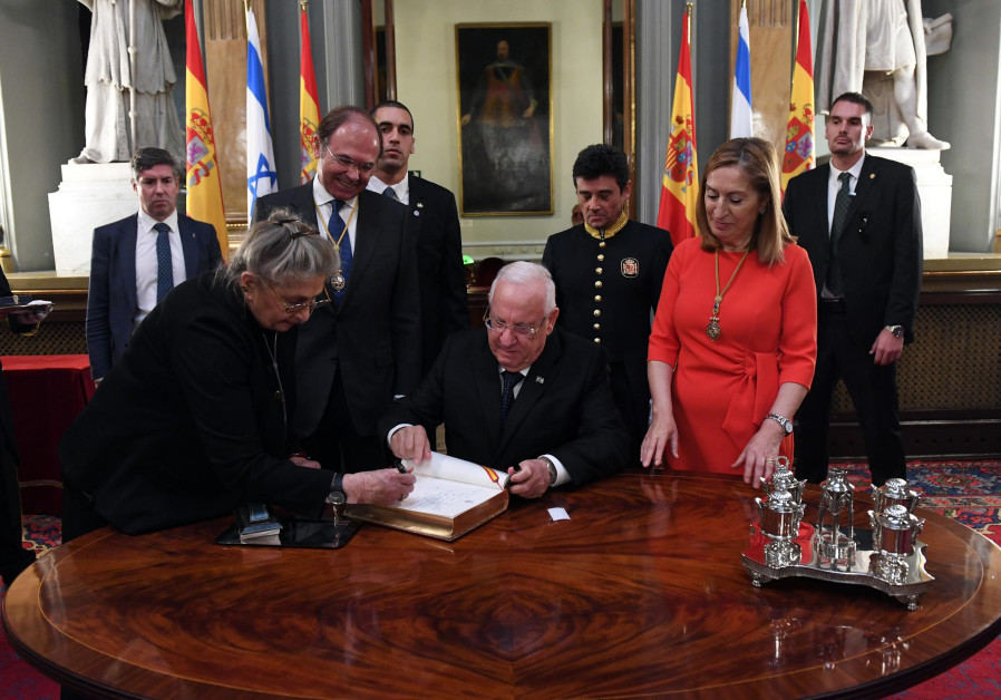 President Rivlin signs a guest book at the Spanish Parliament, November 2017
