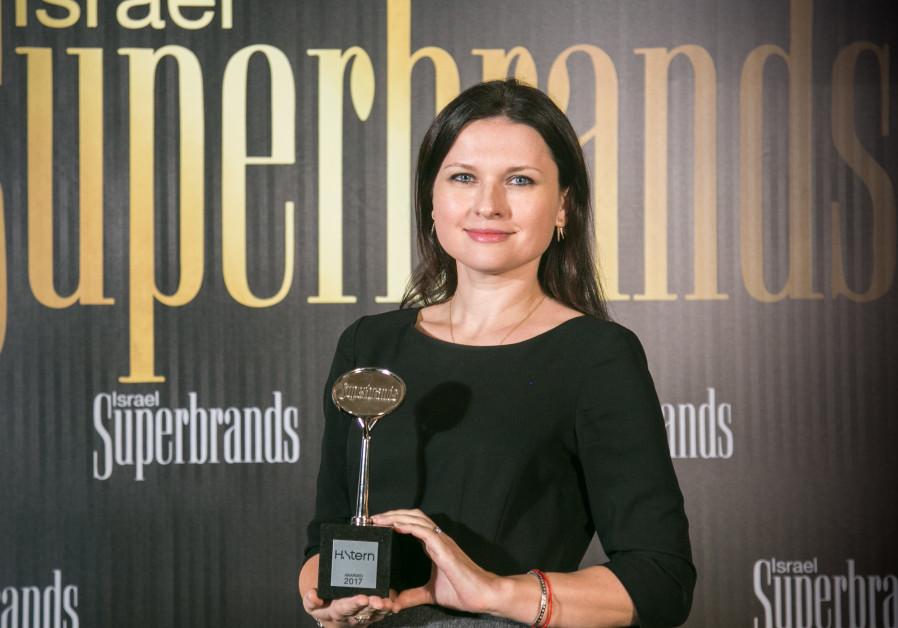 H. Sterns' Deputy CEO Eden Hoffman receives the Superbrands award at a Gala event in Tel Aviv