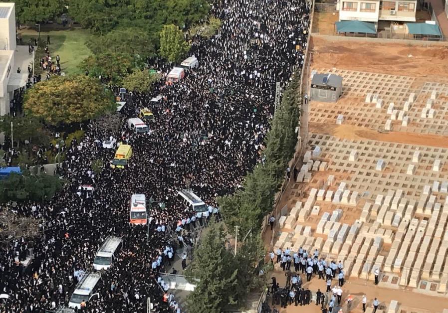The funeral procession of Rabbi Aharon Leib Shteinman reaches the cemetery. (Credit: Avshalom Sassoni/Maariv)