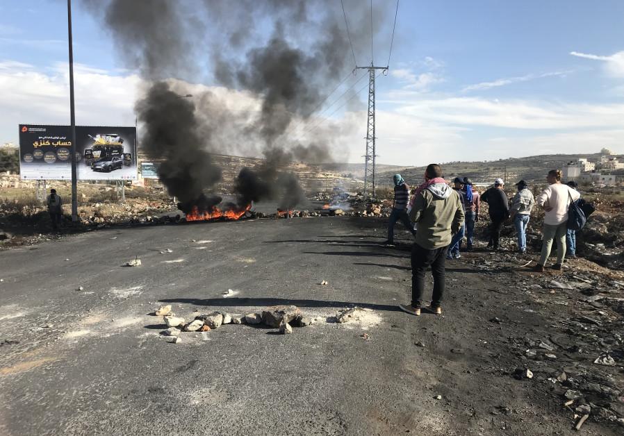 Ramallah protesters burn tires