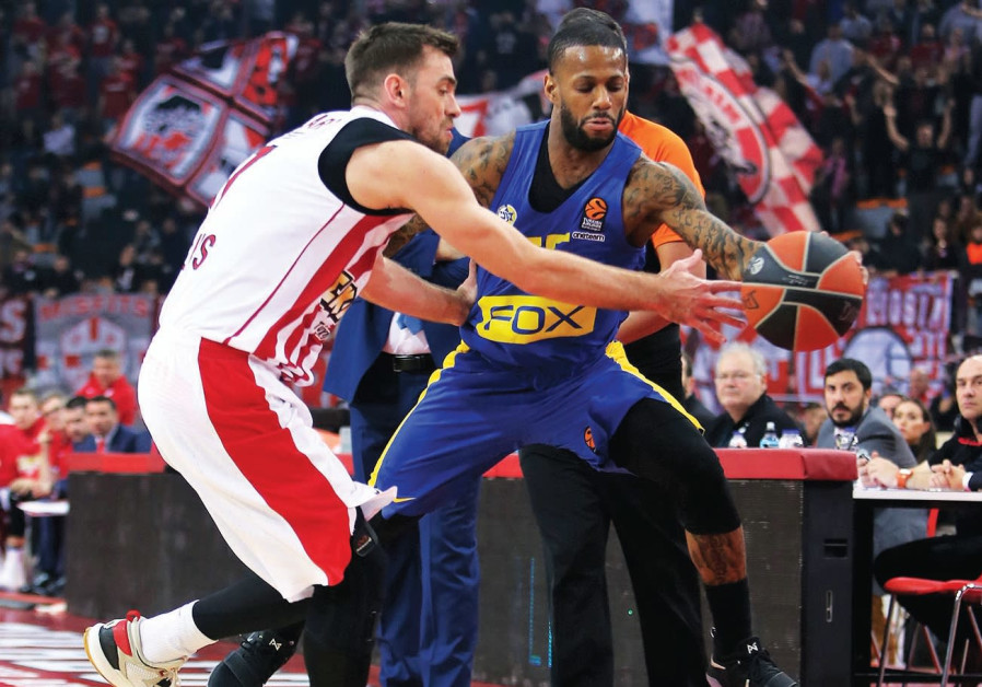 Maccabi Tel Aviv guard Pierre Jackson playing against the Olympiacos.