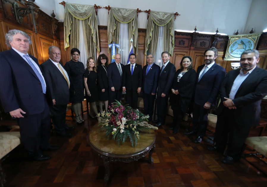A meeting between the President of Guatemala with a group of leaders from the Mission of Gratitude a