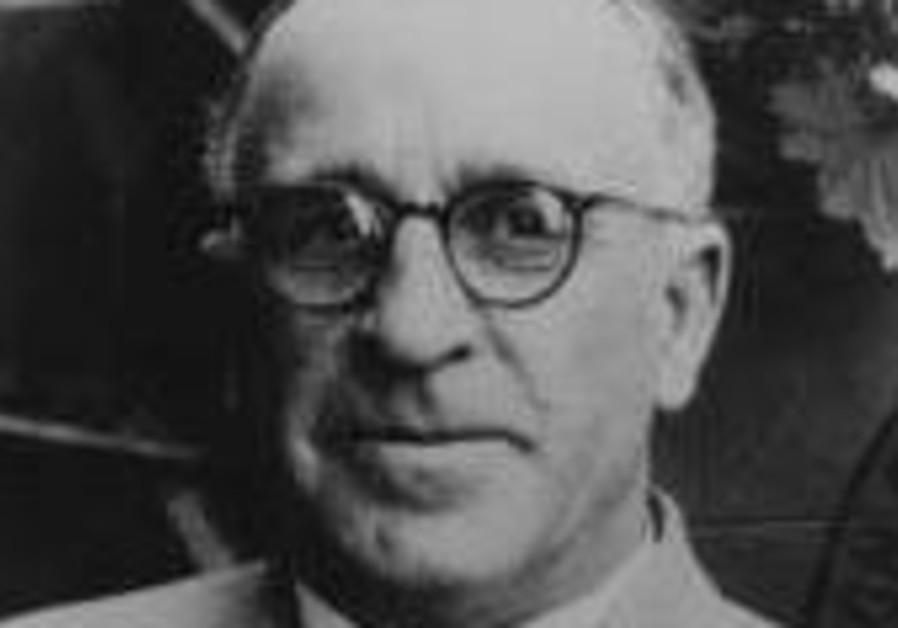 MI6 honors British spy for saving 10,000 Jews from Nazi Germany