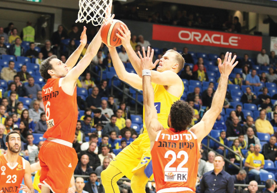 Maccabi Tel Aviv guard Michael Roll (center) drives to the basket against Maccabi Rishon Lezion's Dr