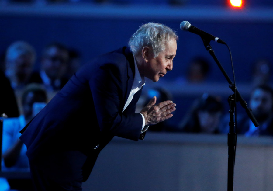 """Singer Paul Simon bows after performing """"Bridge Over Troubled Water"""" during the Democratic National"""
