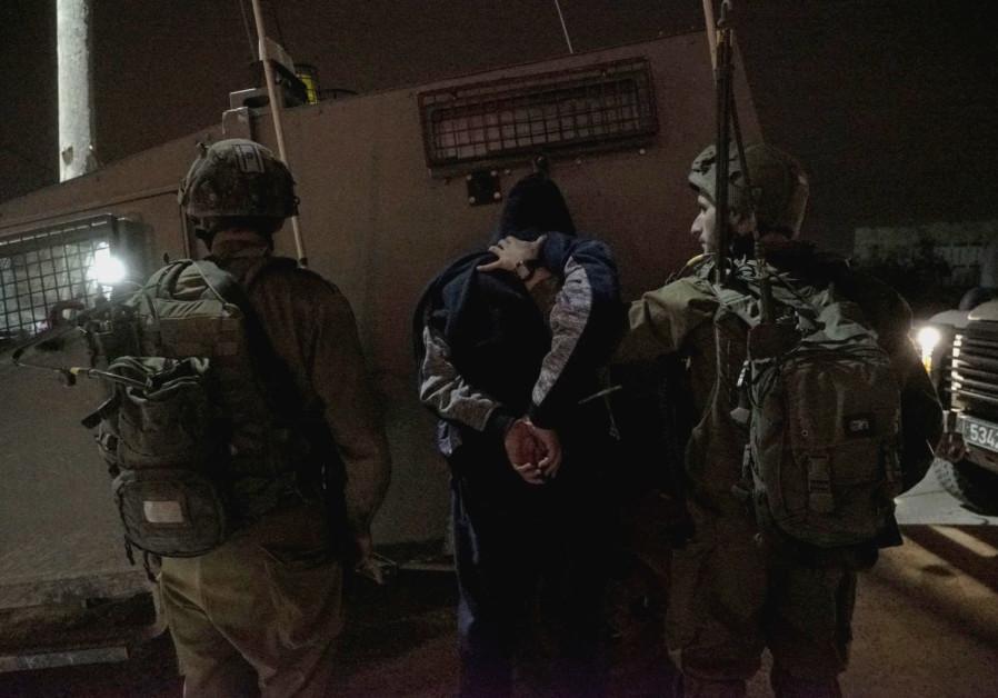 Les forces israéliennes arrêtent un homme dans le village d'Al-Yamun, en Cisjordanie