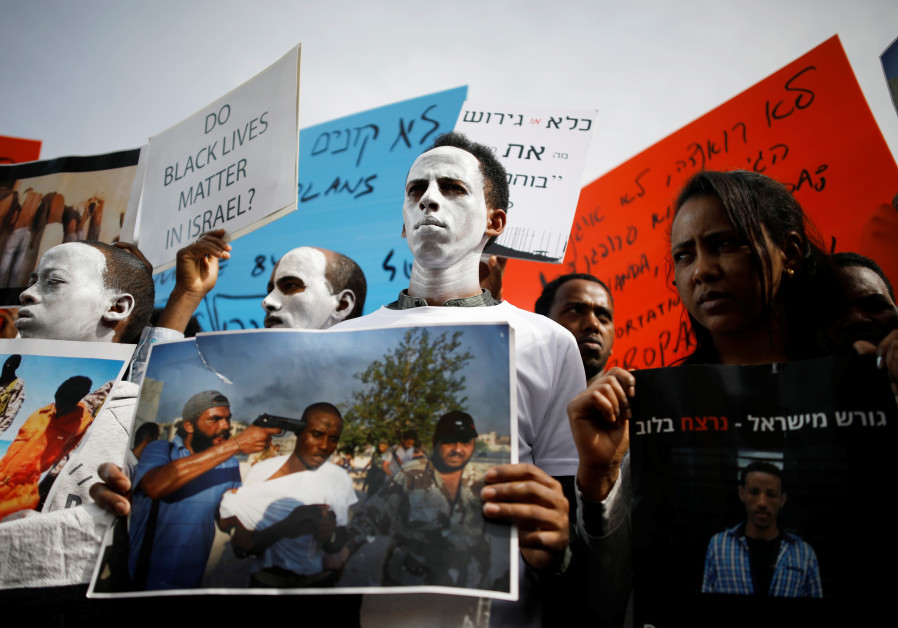 African migrants protest against the Israeli government's deportation plan