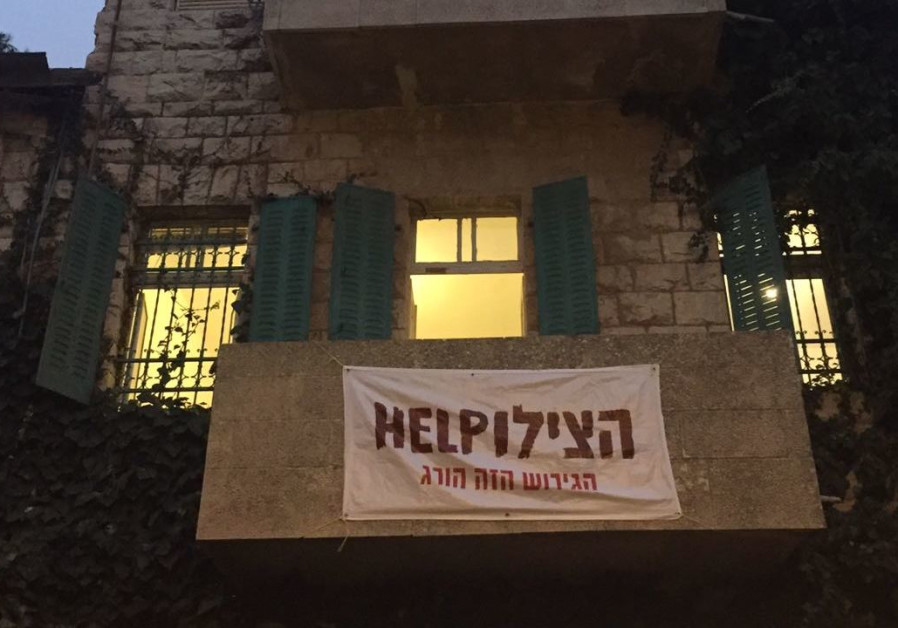 Jerusalem resident ordered to remove anti-deportation sign from apartment