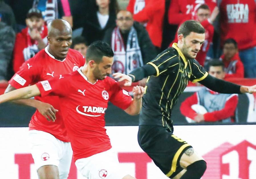 Beitar Jerusalem midfielder Erik Sabo (right)
