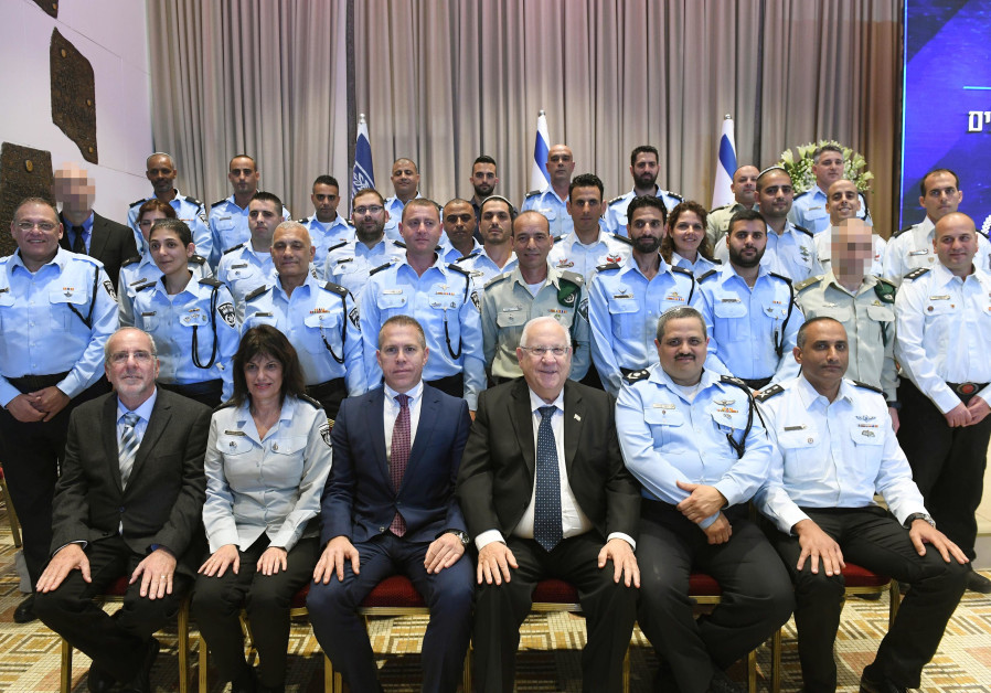 President Reuven Rivlin and Police Commissioner Insp.-Gen. Roni Alsheich meet with honorees.