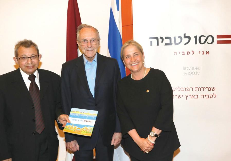 Moshe Arens, flanked by Eliahu Valk and Latvian Ambassador to Israel Elita Gavel